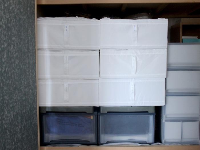 """押し入れと言えば、オフシーズンの布団の収納場所というのが定番。こちらのブロガーさんも、先程ご紹介したブロガーさんと同様、イケアの収納ケース""""SKUBB""""でを使ってオフシーズンの寝具を収納しているそうです。ケースの表地がサラッとした素材なので、下段のケースだけを引き抜きたい時にも、スーッと引っ張れば、簡単に引き抜くことが出来るそうです。きちんとした角型で、スペースを無駄なく使うことが出来ています。"""