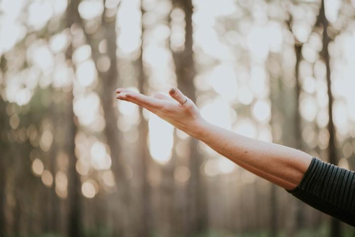 凝り固まった体をほぐして血行を良くすると、寝つきが良くなり翌日に疲れが残りにくくなります。首や肩、背中、脚などをゆっくりと伸ばしましょう。