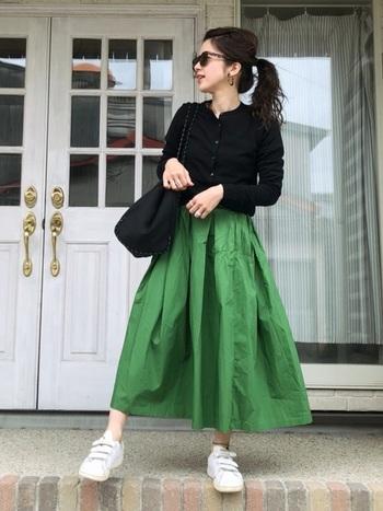 ベーシックカラーとトレンドカラー、いくつか色違いで揃えてもプチプライスなので、懐が痛くならないのが嬉しいですね。カーディガンの黒が、スカートの鮮やかなグリーンを印象的に惹きたてて。大人なコーディネート。
