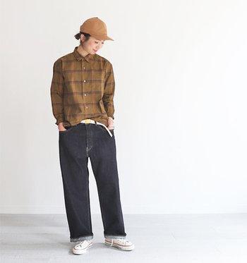 2016年にスタートしたブランド「HATSKI(ハツキ)」のジーンズは丁寧な縫製と穿き心地のよさで男女共に人気を集めています。ワイドシルエットでも野暮ったすぎずきれいめにまとまり、穿きこむほどに風合いが増していくのできっと長く愛用していきたいと思えるはず。