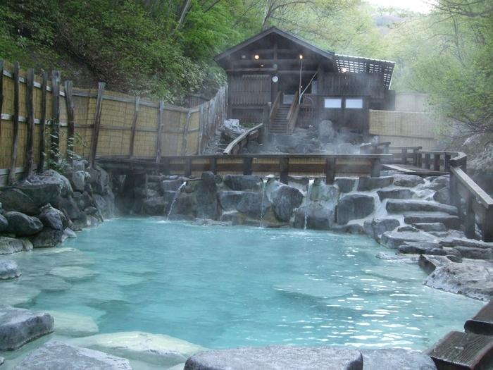 源泉掛け流し、強酸性の蔵王温泉のお湯は、肌がツルツルになると評判。成分が強いため、体がぬれたまま服を着ると、生地が傷んでしまうほど。しっかりと体をふいてあがりましょう。