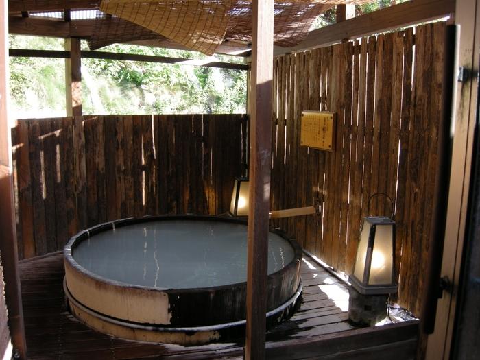 蔵王温泉の歴史とともにいで湯を楽しむなら、享保元年創業、300年の歴史を持つ宿「深山荘 高見屋」はいかがでしょう。歴史ある湯治場の雰囲気を残す9つのお風呂に注がれるのは、すべて源泉掛け流しの天然温泉。木のぬくもりと硫黄の香りがしみわたります。