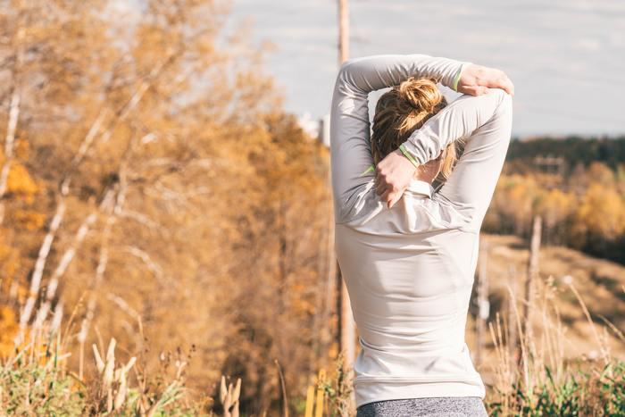 長時間のデスクワークや立ち仕事で、体はガチガチになってしまいます。目の疲れや脚のむくみも気になりますよね。気づいたときに、両手を肩に当て、肘をぐるぐると回してみましょう。血行が良くなりすっきりしますよ。午後の眠気覚ましにも。