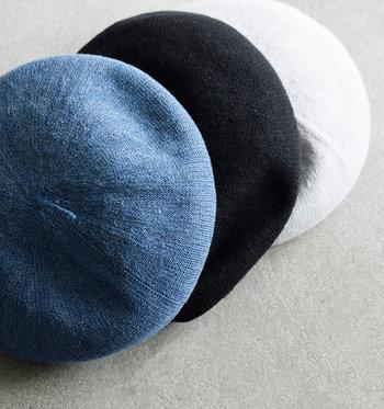 「chisaki(チサキ)」の、丸みのあるシルエットがきれいな春夏用ベレー帽。シャリ感のある麻混紡素材は軽くて通気性があり、爽やかなかぶり心地。