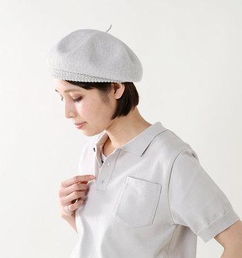 表面の自然なネップがナチュラルな素材感を見せてくれる、優しい表情が自慢のベレー帽。ベレー帽というと秋冬のイメージですが、これなら軽やかにかぶることができますね。