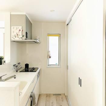 料理、洗濯、掃除。暮らしていく上で必ずやることの「家事」は、効率よく、気持ちよくこなしたいですよね♪そこで気にしたいのが家事動線です。 家事の経路をすっきりと確保できると、効率も上がり時間を大切に使うことにもつながります。キッチンは動きやすいか、洗濯機から干し場所までの移動はスムーズか。想像を膨らませながら、チェックしてみてくださいね。