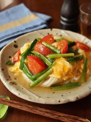 スタミナ野菜のニラとたまごのあんをかけた栄養たっぷりのそうめん。ざっくり切ったトマトは加熱して旨味をさらにアップ!あんかけにすると麺もまとまって、より食べやすくなりますね。