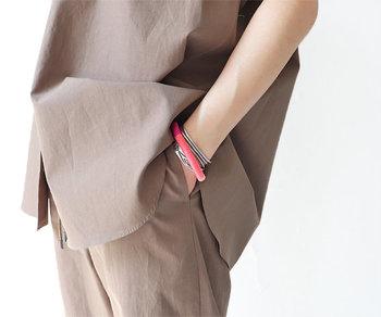 ロープを独自のユニークな技法で一点一点巻き上げ、ジュエリーを制作しているブランド「エレノア・ボルトン」から届いたブレスレット。 シンプルですが存在感は抜群。シルバーのパーツが品のよさをプラスしていて、キレイめのスタイルにも違和感なく馴染みます。イエロー系、ピンク系、グリーン系、グレー系の4色展開。