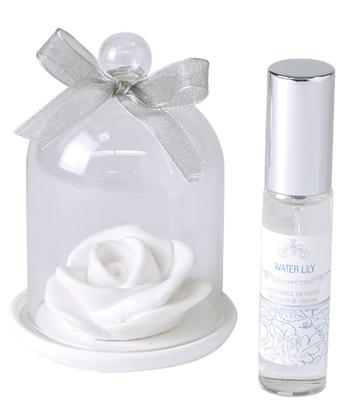 「UNWIND(アンウインド)」のガラスドームつきアロマストーンは、素焼きのストーンにフレグランスオイルを垂らして香りを楽しめます。華やかで甘いローズの香りや、爽やかなウォーターリリー、優雅なホワイトジャスミンなどテイスト別の花の香りを揃えているので、好きなタイプの花の香りを選びやすいのもポイント。ガラスドームで香りも長持ち♪