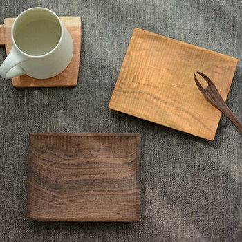 次にご紹介するのは、木工作家・筒井則行さんが主宰する『icura(イクラ)工房』の木の器とカトラリーです。こちらは山桜(写真右上)とウォルナット(写真左下)でできた素敵な「菓子皿」です。和菓子やクッキーを盛るのちょどいい大きさで、天然木のナチュラルな風合いがティータイムをおしゃれに演出してくれます。