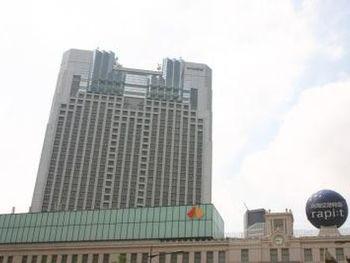 スイスホテル南海大阪の最大の特徴は、大阪でも一番活気のある場所・難波の南海線「なんば駅」と直結しています。世界各国からの旅行客も多く、インターナショナルな雰囲気です。