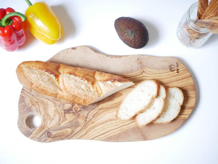 丈夫なオリーブウッドを使用した「カッティングボード」はナイフの傷もつきにくく、使うほどに味わいが増して経年変化を楽しみながら長く使い続けることができます。オリーブウッドの木目がとても美しいので、そのまま食卓に出してサーブボードとして使用するのも◎。こちらの39㎝の【ナチュラルカッティングボード】のほかにも、42㎝の【カッティングボードベンティ】や、32㎝の【カッティングボードグランデ】なども展開しています。