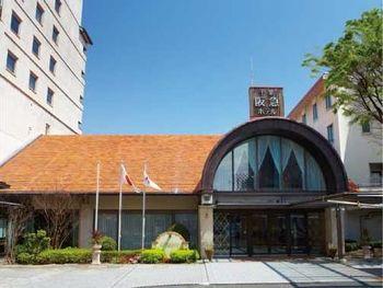 「千里阪急ホテル」は1970年に大阪万博に合わせて開業された、大阪の中でも老舗のホテルです。丸いアーチ型のエントランスは開業当時を彷彿させるレトロなデザインです。 千里阪急ホテルの特徴として、自然に囲まれたホテルならではのウエディングパーティーや、プールサイドでのビアガーデンは地元の人たちからも人気があります。