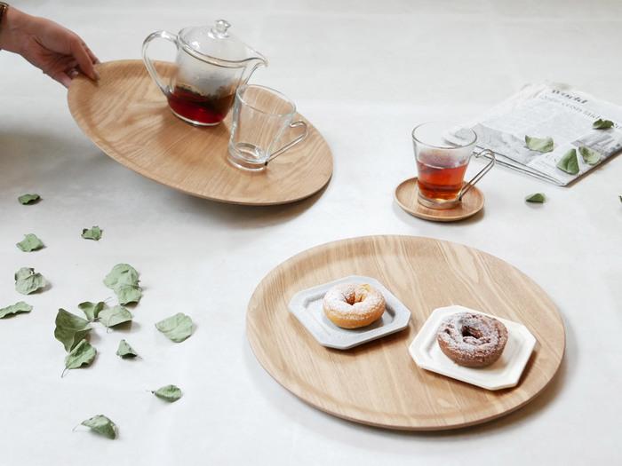 上品なラウンドフォルムのトレイも日常使いにおすすめのアイテムです。シンプルなデザインで和食器にも洋食器にも合わせやすいKINTOのノンスリップトレイは、ナチュラルな風合いの木製食器とも好相性。高い機能性とデザイン性を兼ね備えた素敵なトレイを、暮らしの中にぜひ取り入れてみてはいかがでしょうか。