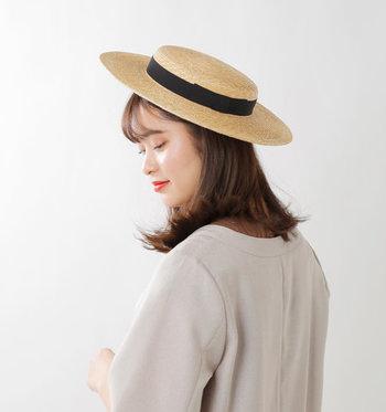 西洋発祥の「カンカン帽」の形はそのままに、高さだけ低くして平らな形に仕上げました。頭にちょこんと乗っけるようにかぶると、クラシカルなお嬢さんスタイルに。まるでフランス映画に出てきそうな、エレガントな雰囲気がなんとも魅力的。