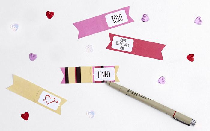 今回は海外で大人気のケーキポップにつける小物をご紹介します。 1.まず、お好きな紙に名前やメッセージを書きましょう。