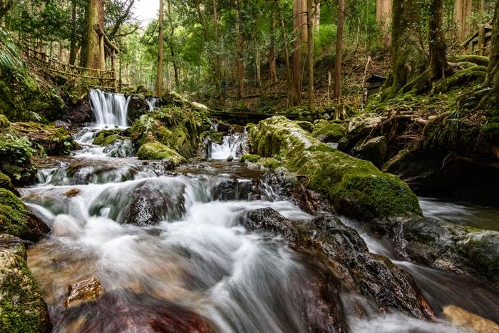 あまりに水が冷たくて瓜が割れてしまったという伝説に由来して名付けられた「瓜割の滝」。緑豊かな森の中を流れる清らかな水は「名水100選」「ふくいのおいしい水」にも認定されています。マイナスイオンたっぷりで夏でも涼しく、心現れる癒しポイントです。