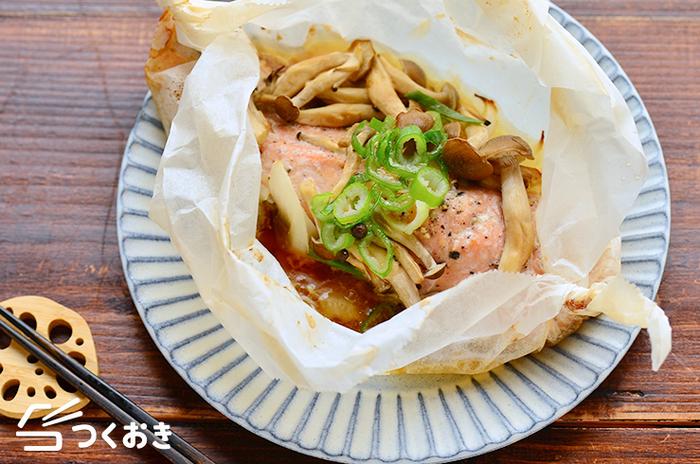 生鮭、しめじ、玉ねぎで作る、見た目も豪華なおかず「鮭ときのこのバター醤油包み焼き」。ほとんどオーブンまかせのレシピなので、オーブンに入れている間に他の副菜を作れてさらに時短に繋がります。