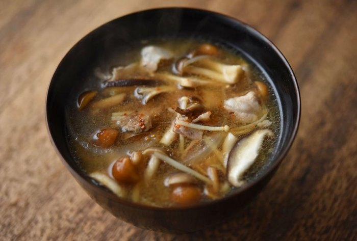 しめじ、椎茸、えのき、舞茸、なめこなど数種類のきのこと、玉ねぎ、豚バラ肉で作る、具沢山のきのこ豚汁は、おうちに余っているきのこを使い切るのに◎。七味唐辛子をふっていただけば、身体の芯からあったまりそう。