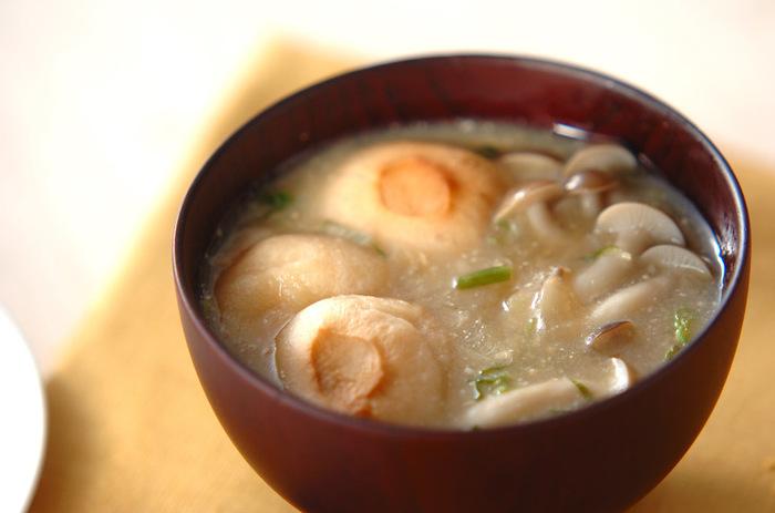 しめじ、玉ねぎ、麩、ネギでつくるお味噌汁。旨味たっぷりのお味噌汁は、何度もリピしたくなります。おうちの定番味噌汁になるかも。