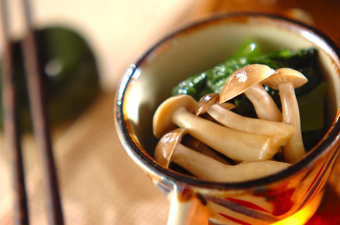 小松菜としめじを辛子しょうゆであえたからし和え。簡単に作れてお酒のおつまみにも、副菜にも活躍してくれるレシピは、時短お助けレシピとして覚えておくと便利です。