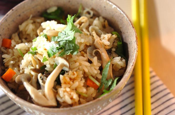 しめじのレシピといえば炊き込みご飯を思い浮かべる方も多いのでは。チリメンジャコ、油揚げ、にんじん、レンコンも入り、具沢山の炊き込みご飯は、しめじの風味もしっかり味わえて◎。お弁当にも使えて便利です。