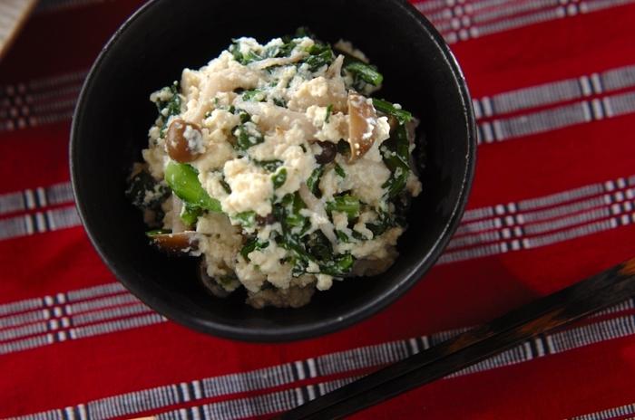 苦味が美味しい春菊と食感と旨味が◎のしめじをまろやかな和え衣であえた「春菊とシメジの白和え」。和食のおもてなしやおつまみにピッタリ。