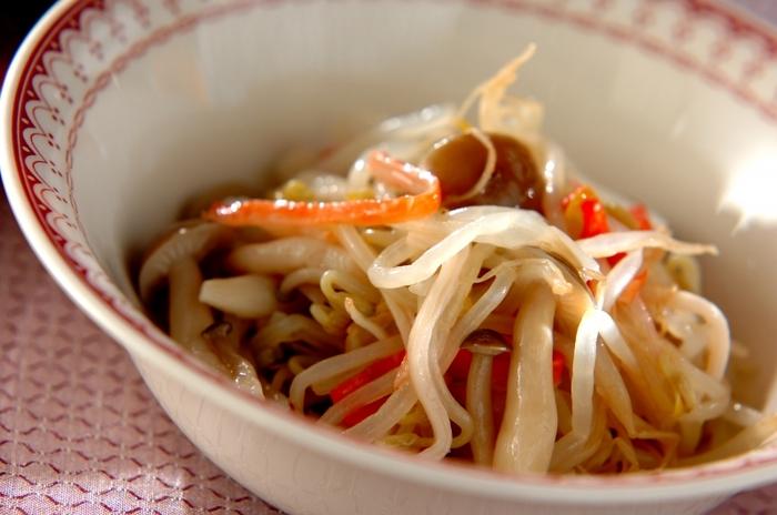 和食や洋食だけでなく、中華にもしめじはよくあいます。こちら、顆粒の鶏ガラスープの素でモヤシとしめじを和えた中華風のサラダは、中華料理の付け合わせにさっぱり美味しくいただけます。