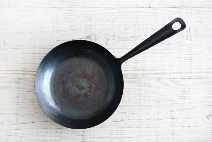 フライパンで蒸し茹でる方法は、鍋で茹でるよりもビタミンCやポリフェノールなどの栄養素をより多く残せるだけでなく、ふっくらと仕上がり、レンジで蒸すより風味も損ないません。沸かす湯も少なくて済むので経済的で◎直径20~22cmの深型フライパンであれば、1株分蒸すことができますよ。