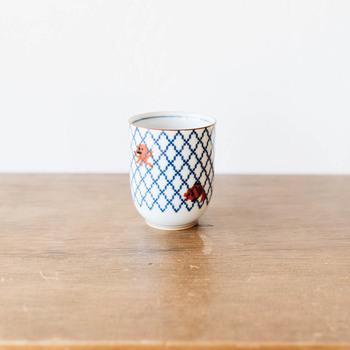 日常使いの楽しい陶器を作り出すブランド<The Porcelain>の湯のみは、タコやカニ、エビ、魚などの海で泳いでいる魚たちを、昔から日本の食器に使われてきた網目で表現したもの。ドット調にすることで、かわいい雰囲気に仕上がっていますね。