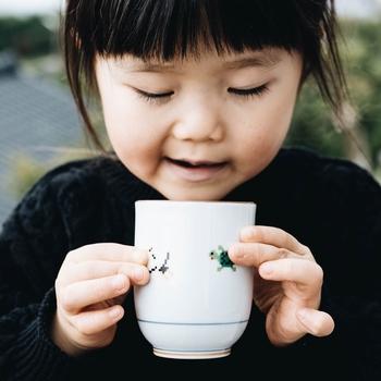 こちらは、縁起物として有名な松・竹・梅に、鶴と亀をドット絵で表現したデザインです。レトロでゆるカワな湯のみは、お子さま用にもぴったりですよ。