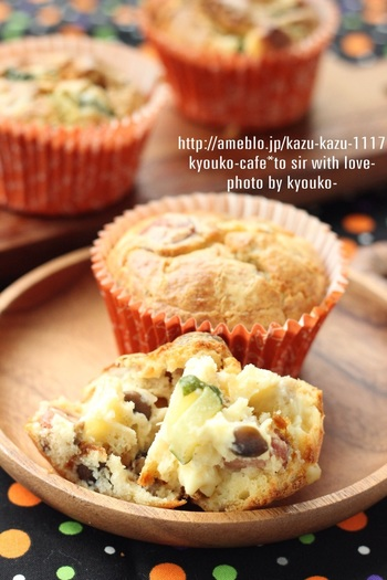 フランス語で「塩味のケーキ」を意味するケーク・サレ。 砂糖を使わず、野菜やチーズなどが入った甘くないケーキは、簡単に作れてボリュームも◎。こちらの「シメジとズッキーニのケーク・サレ」は、パウンド形が基本のケーク・サレをカップで作ることでより簡単に作れます。しめじ、ズッキーニ、ウインナーなど入り、美味しく見た目も可愛いレシピは、ランチやお持たせにも良いかも。