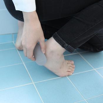 お風呂に入り踵の角質が柔らかくなった時にケアするのがおすすめ。ひょうたんのような形と手の平に収まるサイズ感で持ちやすく、刃先も平らになっているので仕上がりも綺麗です。