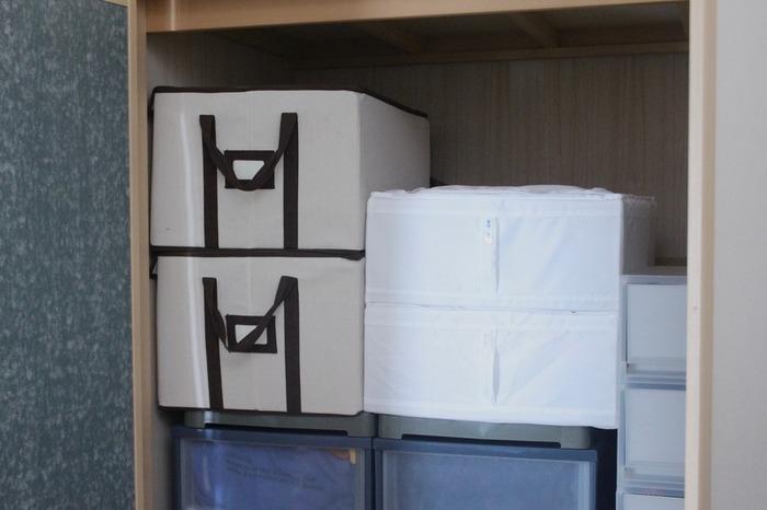 布団、シーツ、オフシーズンの使わない家電…などなど、押し入れは、使いやすい工夫をすれば、今よりもっと快適に…。 収納ケースのサイズは押し入れの奥行に合わせたり、布団をそのまま押し込むのではなく、使い勝手の良いケースに変えたり…出来ることは色々です!また、押し入れをお部屋の一部として活用するという方法も、おすすめの方法です。 今回ご紹介したブロガーさんたちの押し入れ収納アイデアは、どれもマネしたくなるものばかり。 是非みなさんも、衣替えのシーズンに合わせて、押し入れを上手に活用してみませんか♪