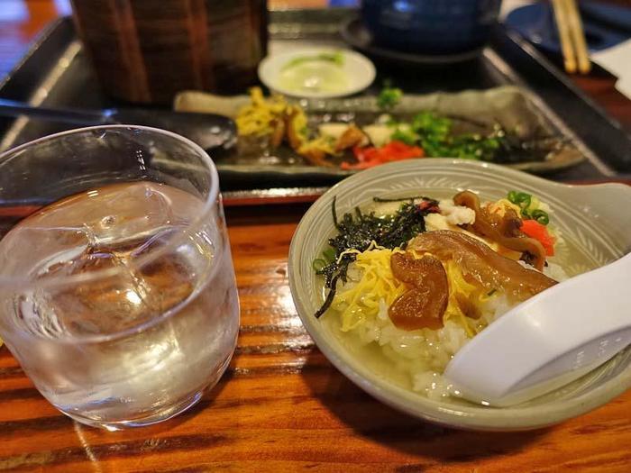 新鮮な魚料理も豊富ですが、鶏飯(けいはん)という、与論島名物の料理もおすすめ。ご飯に具材をのせ、出汁をかけて食べるもので、与論島に行ったら絶対に食べて帰る方も多いとか。彩りも鮮やかで、出汁をかけることでさらっと優しい口当たりで味わえます。