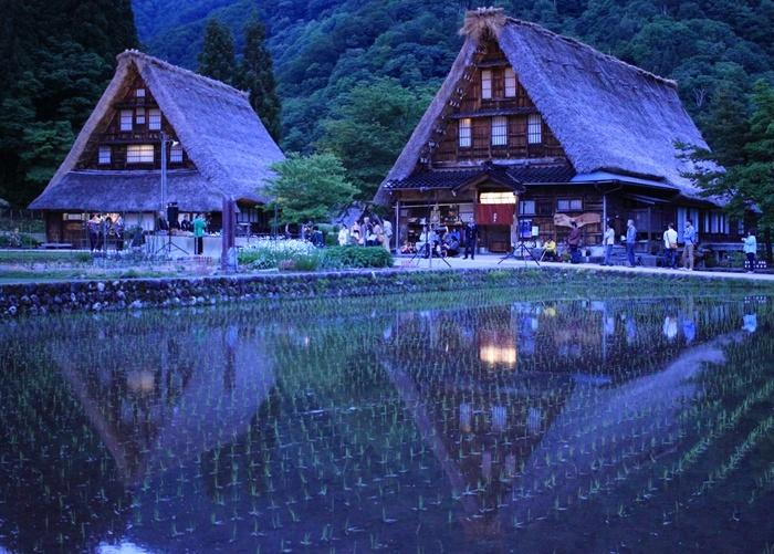 1995年「白川郷・五箇山合掌造り集落」として菅沼地区と相倉地区の2つの集落が世界文化遺産に登録されました。五箇山は、より穏やかな山村の空気を空気を感じられる集落を有する場所。今も普通に人々が生活する暮らしの場でもあり、昔懐かしい素朴でこじんまりとした風景は日本の原風景そのものです。