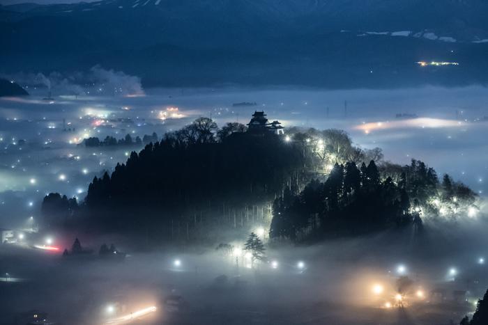 天空の城は10月から4月末頃の明け方から午前9時頃まで、中でも11月頃が最もよく見ることができます。四方を山々に囲まれた大野盆地の麓に広がる城下町が雲海に包まれ、城だけが浮かぶ上がる様はまさに「天空の城」。幻想的な美しさに息を呑むでしょう。