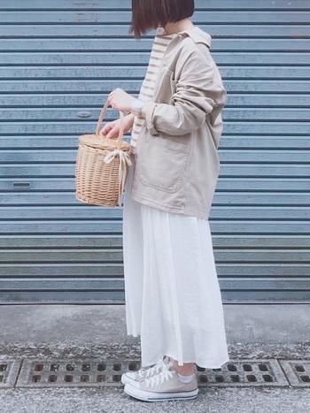 ニュアンスカラーのシューズは、ワントーンコーデとして着こなしても素敵です。トーンのまとまった統一感のある着こなしに、かごバッグ等でアクセントをつければ、おしゃれな春夏ファッションの完成です*