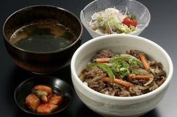ランチでは、焼肉定食や焼肉丼定食などでリーズナブルに神戸牛が楽しめます。食後にはコーヒーも付いてきますよ。