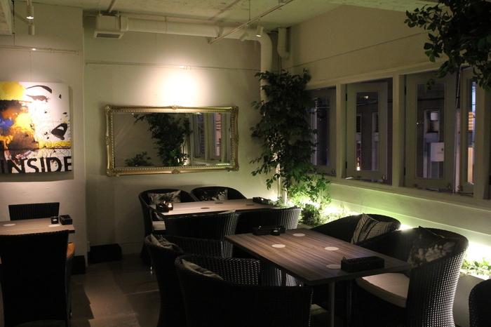 夜の公園をイメージしたインテリアの「forum (フォーラム)」。照明が落とされた店内にはグリーンがバランスよく飾られていて、お料理だけでなく雰囲気も楽しめるイタリアンです。