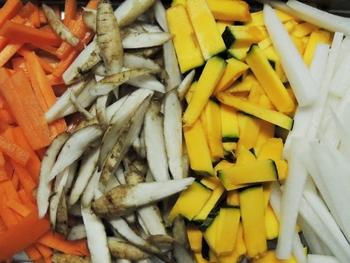 天候の関係で野菜が高騰することもたびたびありますが、そんなときでも価格が安定しているのが冷凍ミックス食材のメリットのひとつ。リーズナブルですので、ちょっと切り詰めたいときにも助かります。