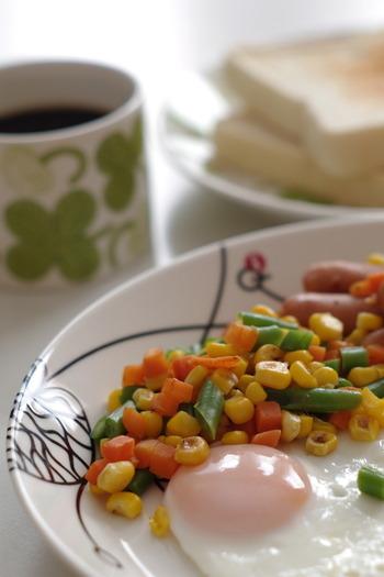 冷凍ミックス食材といえば、まずはミックスベジタブル。定番のいんげんやコーン・にんじんなどが入ったもののほかにも、料理別に煮物用、きんぴら用などいろんなバリエーションがあります。基本的にそのまま投入できるので便利。強火でさっと調理するのがコツです。ちなみに、好きな野菜で自家製もできます。