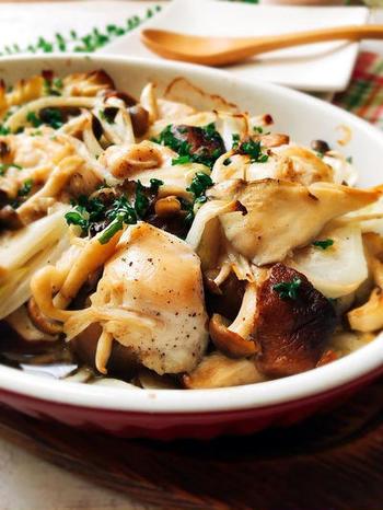 さっぱりとしたささみと低カロリーのきのこにポン酢をからめて耐熱皿に。あとは、オーブンで焼くだけです。多めに食べても罪悪感なし。ダイエット中の方にもおすすめです。
