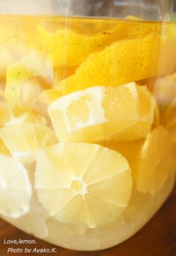 梅酒作りのように、過程も楽しめるのがレモン酒のいいところ。梅酒を漬け込む場合と同じように、氷砂糖を使って漬け込むレシピです。少しずつ出来上がってゆく容器の中を眺めるのも一つの楽しみになること間違いなし!