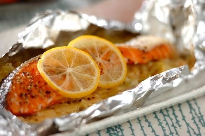 レンジと、トースターだけで作れる蒸し料理。たっぷりと敷きつめたキャベツにも、レモンの風味と鮭の香りが移って、食欲アップ!どんどん食べられてしまいます。個人的にはキャベツ多めが好み!こちらも、冷めても美味しいので、サンドイッチの具にもぴったり!醤油を少したらせば、和風のテイストにもなります。