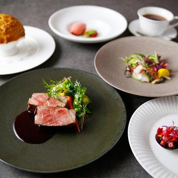 ディナーのコースは、神戸牛サーロインがメインディッシュになったものなど4種類。神戸産の野菜や季節の食材など、素材からこだわったお料理の数々が並びます。