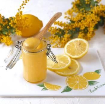 レモンカードとは、レモンを使ったイギリス生まれのスプレッドで、こっくりとしたジャムのようなもの。レモンと砂糖、バターと卵などを加えて作ります。ジャムのようにパンに塗るのはもちろん、お菓子作りにも大活躍します。