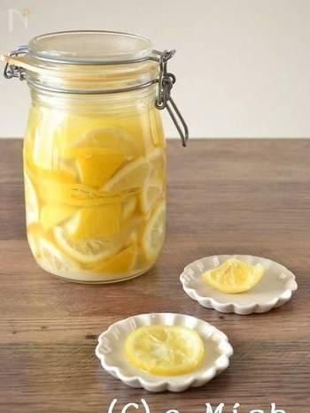 塩レモンは、数年前からポスト塩麹として注目され、最近はすっかり定番の調味料になりつつあります。市販品も多く出回っていますが、お家で簡単に作れるので、一度、試してみて欲しいです。
