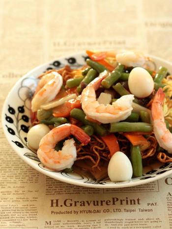 中華野菜ミックスを使ったあんかけかた焼きそば。このレシピではノンフライヤーを使っていますが、もちろんフライパンでもOK。市販のかた焼きそば用の麺を利用するのも便利ですね。中華食材が入ることで、一気に本格的な雰囲気になります。
