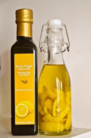 レモンオイルとは、オリーブオイルにレモンを漬け込んだもの。漬け込むだけなので誰でも簡単に作れる上、想像以上に体への嬉しい効果もいっぱいのオイルです。